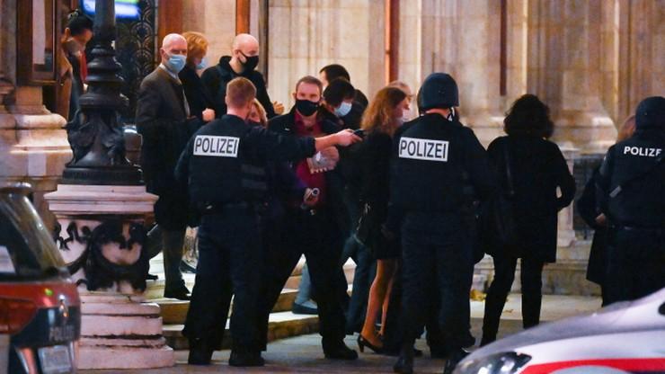 Kolejna ofiara zamachu w Wiedniu zmarła w szpitalu. Aresztowano dwie osoby