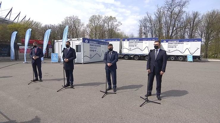Morawiecki, Dworczyk i Kuczmierowski wystąpili na tle mobilnych kontenerów i ciężarówek, mających promować Narodowy Program Szczepień