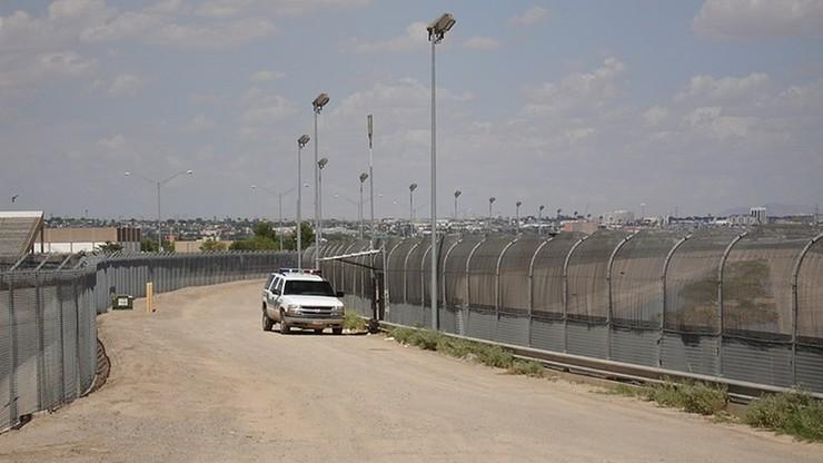 """Trzystu imigrantów ukrywało się w przyczepach dwóch ciężarówek. """"Podróżowali w opłakanych warunkach"""""""