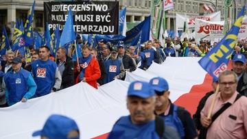 """""""Nasze rodziny umierają z głodu"""". 20 tys. osób na proteście OPZZ i ZNP w Warszawie"""