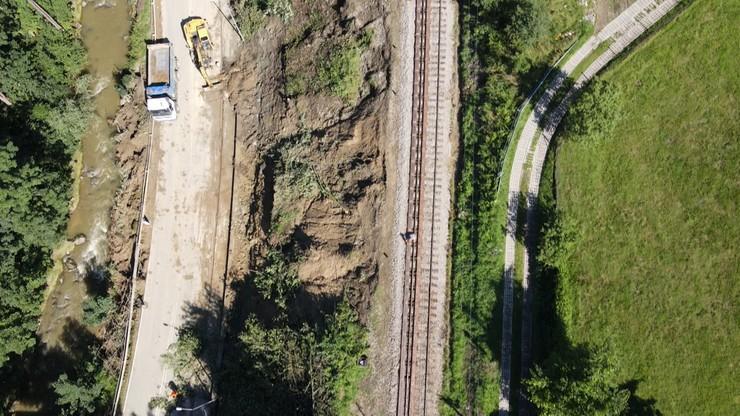 Widok z drona na osuwisko w Rabie Wyżnej, którego powstanie uniemożliwiło ruch pociągów do Zakopanego