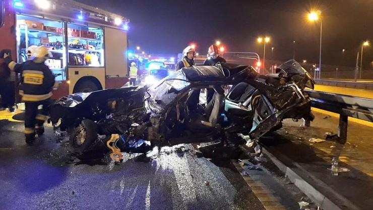 BMW wypadło z drogi, uderzyło w bariery. Nie żyje 22-latek, trzy osoby ranne