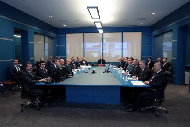Prezydent Recep Tayyip Erdogan wraz z ministrami obserwuje postępy operacji wojskowej