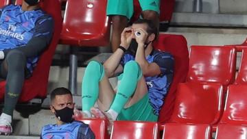 Gareth Bale doskonale bawi się na... ławce rezerwowych. Papier toaletowy posłużył mu za lornetkę