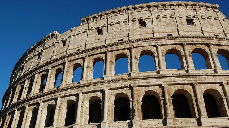 Dron uruchomiony przez turystę utknął w arkadzie Koloseum