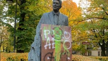 Zniszczono pomnik Reagana. Farba i wulgarne napisy