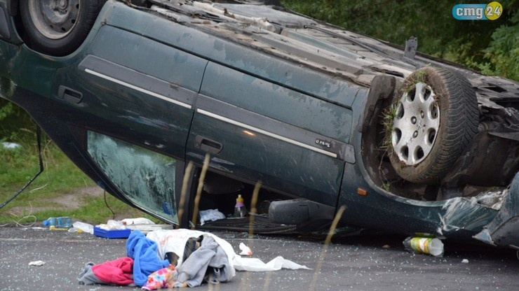 Dachowanie na prostej drodze. Za kierownicą pijana kobieta. Bez uprawnień wiozła męża i troje dzieci