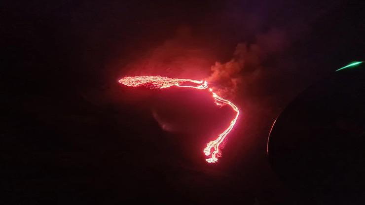Islandia. Wybuch wulkanu i czerwone niebo nad wyspą