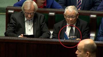 """Jarosław Kaczyński czytał w Sejmie """"Atlas kotów"""""""