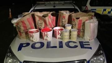"""Próbowali """"przemycić"""" kubełki z KFC. Zatrzymała ich policja"""