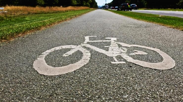 Ostrowiec Świętokrzyski: jechał kosiarką po drodze rowerowej. Uderzył w  rowerzystkę