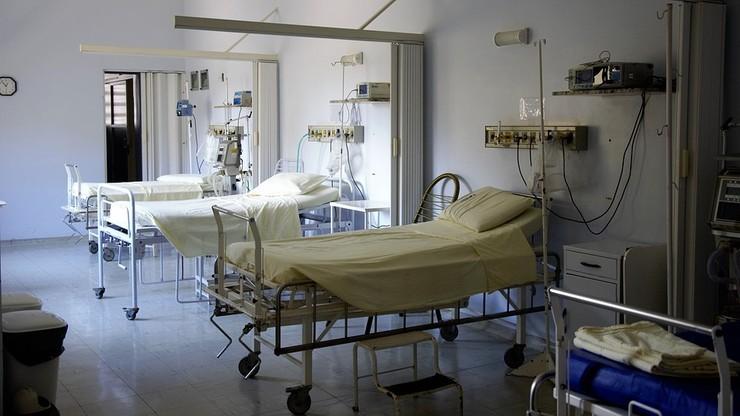 Pacjent szpitala w Zgierzu leżał w sali ze zwłokami dwóch osób
