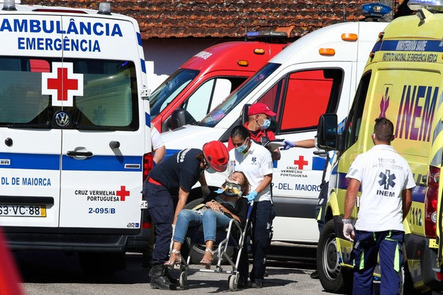 Ratownicy pomagają rannym po wypadku pociągu w Portugalii
