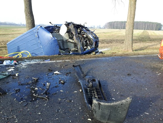 Samochód dostawczy uderzył w holowaną przez ciężarówkę maszynę drogową.