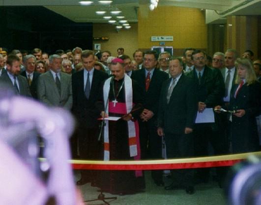 Na otwarciu metra nie obyło się bez przecięcia szarfy w kolorach flagi Warszawy