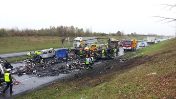 Zderzenie 3 ciężarówek i 2 aut. W jednym z samochodów spłonęły dwie osoby