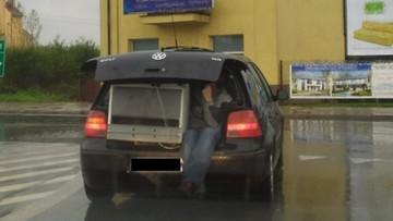 Z bagażnika wystawały nogi. Kierowca wprawił policjantów w osłupienie