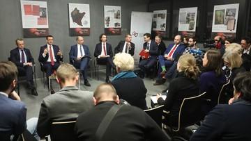 """Rząd udowadnia, że nie ma nic przeciwko Żydom, a dziennikarze dostają wieprzową kiełbasę. """"Politico"""": wizerunkowa wpadka polskich władz"""