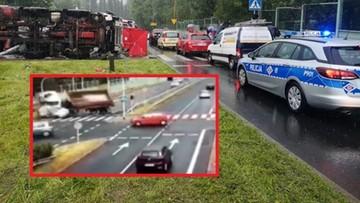 Ciężarówka wywróciła się i zmiażdżyła auto osobowe. Nagranie z monitoringu