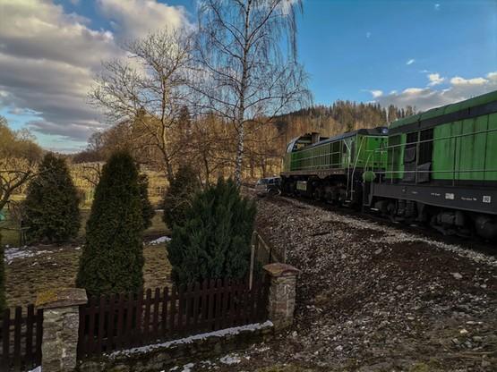 Dwie lokomotywy pchały samochód przez 50 metrów.