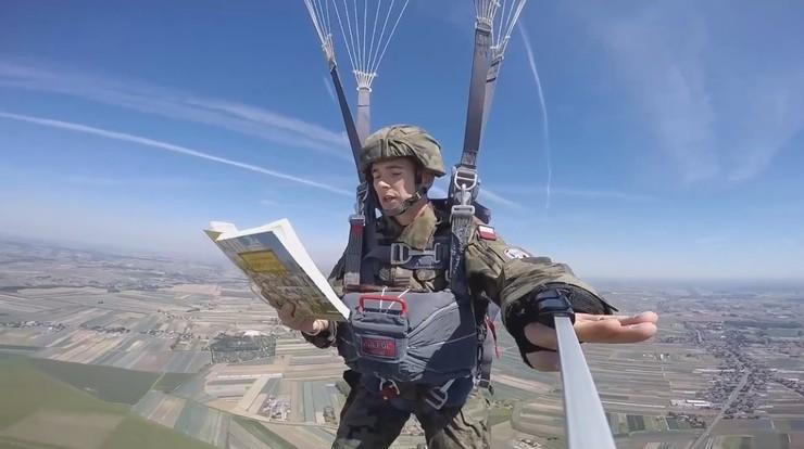 """Komandosi czytają """"Quo vadis"""" w trakcie spadochronowych skoków"""