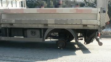 Z ciężarówki odpadły koła. Jedno uderzyło w autobus, drugie w mężczyznę na przystanku