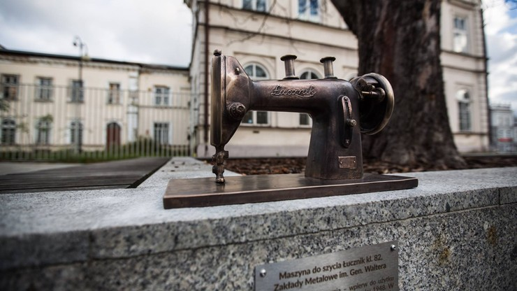 Upiększają Radom, postawili rzeźby: butów, maszyny do szycia, telefonu, pistoletu i... maski p-gaz