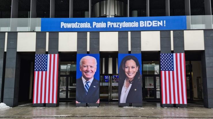 """Zdjęcia Bidena i Harris na ścianie urzędu w Poznaniu. """"Powodzenia, Panie Prezydencie"""""""