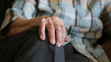 93-latkowi skradziono hulajnogę, którą dojeżdżał do pracy. Wnuczka prosi o pomoc