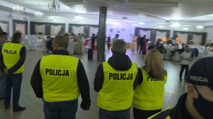 Nielegalne wesele w Wielkopolsce. Policja wylegitymowała 81 uczestników [WIDEO]