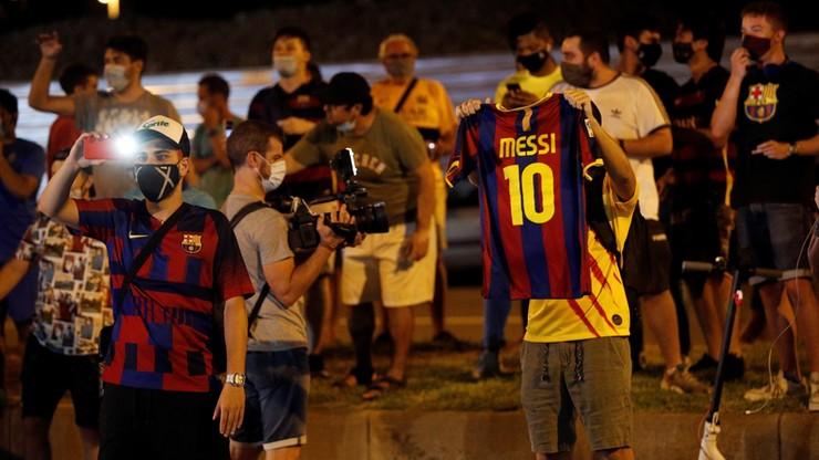 Setki kibiców pod Camp Nou proszą Lionela Messiego, by został w klubie