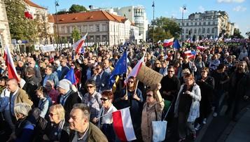 """""""Dzielą nas w Polsce i chcą nas oddzielić od Europy"""". Marsz KOD w Warszawie"""