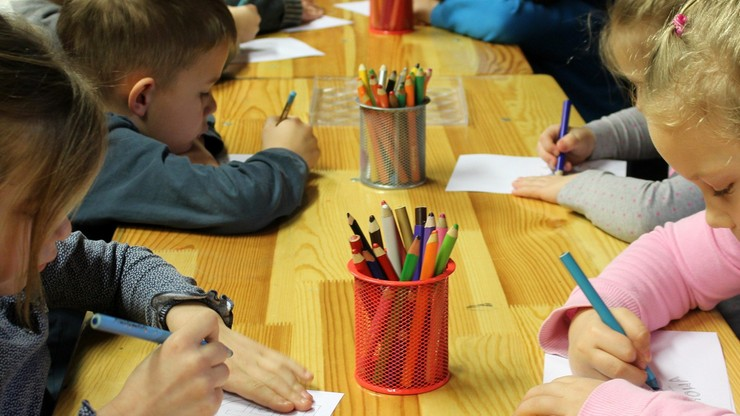 Ekspert: małe dzieci zakażają się rzadziej niż starsze i znacznie rzadziej niż dorośli