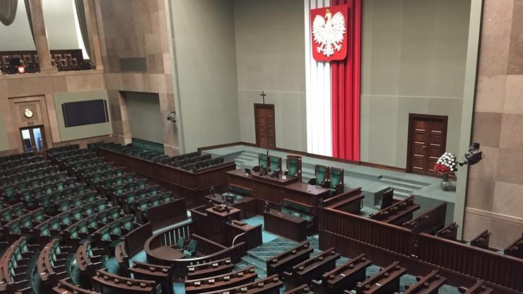 Sondaż: PiS z 44 proc. poparciem, PO - z 19 proc. W Sejmie jeszcze trzy partie
