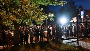 Tłum przed prokuraturą w Świdnicy. W stronę budynku poleciały kamienie