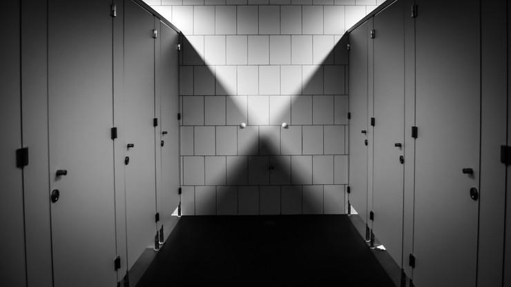 Hiszpania. 44-latek nagrywał wideo w damskich toaletach. Ma 71 tys. filmów