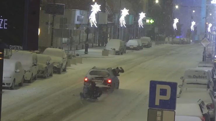 Kulig w centrum miasta. Samochód ciągnął dwie osoby