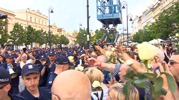 Sąd umorzył sprawę blokujących marsz smoleński. Jednym z obwinionych był Władysław Frasyniuk