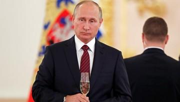 Berlusconi przyleciał na urodziny Putina. Wręczył mu nietypową poszwę na kołdrę [ZDJĘCIE]