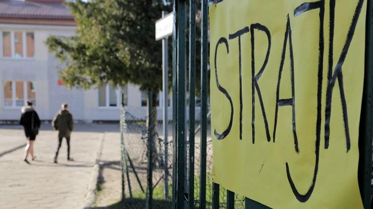 2 tys. placówek oświatowych wycofało się ze strajku nauczycieli