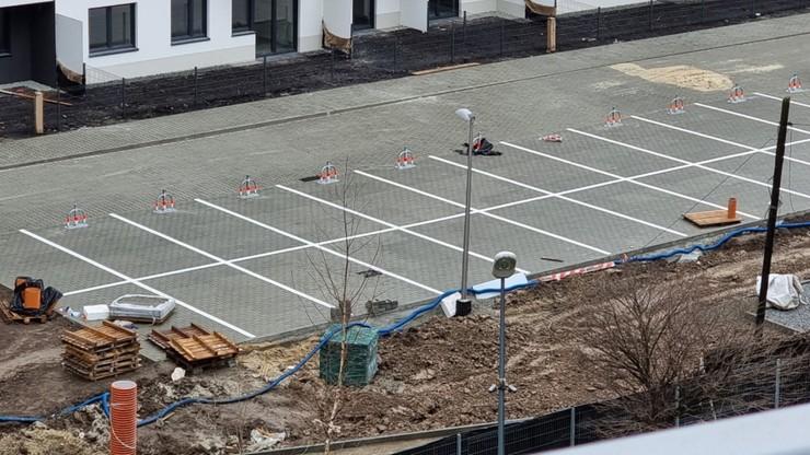 """Podwójne stanowiska parkingowe w Krakowie. """"To miejsca rodzinne"""""""
