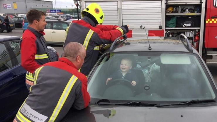 Dziecko zatrzaśnięte w aucie. Jego reakcja na ratunek zachwyciła internautów