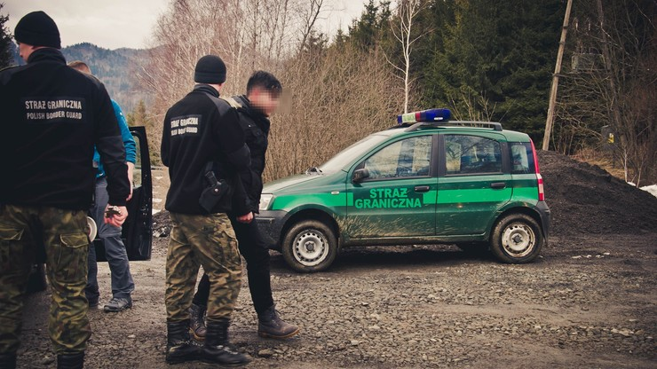 20-letni Irakijczyk ściął drzewo i... przeszedł po nim przez rzekę do Polski [ZDJĘCIA]