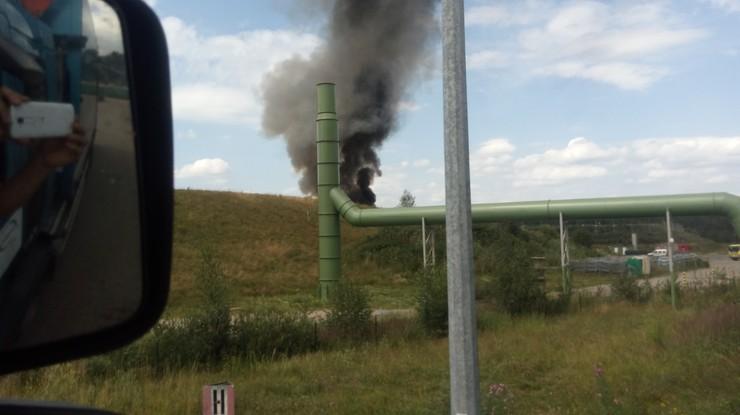 Pożar wysypiska w Kostrzycy. Gryzący dym rozprzestrzenia się po okolicy