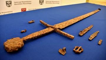 Sensacyjne odkrycie pod Olsztynem. Przeleżał w ziemi 600 lat
