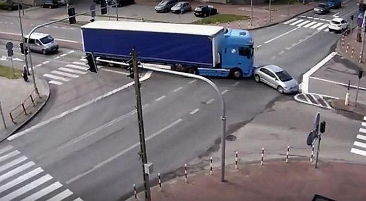 """Osobowa honda zajechała drogę ciężarówce. Kierowca tira """"przepchnął"""" ją przez skrzyżowanie"""