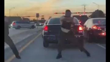 Przypadkowi kierowcy w samym środku strzelaniny policji z napastnikami. Szokujące nagrania