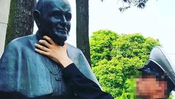"""Rosyjski marynarz w Świnoujściu """"dusił"""" popiersie Jana Pawła II. Zdjęcie umieścił w sieci"""