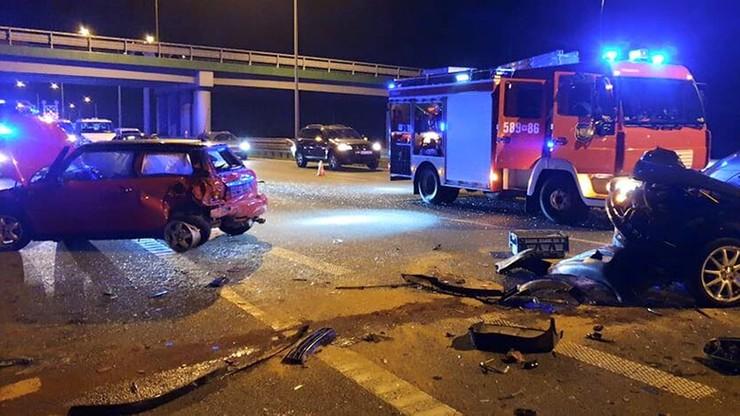 Trzy samochody zderzyły się pod Warszawą. Jedna osoba ranna
