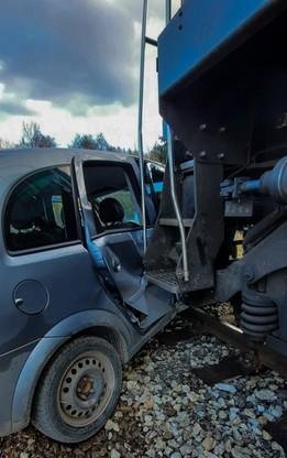 Samochód został uszkodzony, zderzaki lokomotywy wbiły się do środka.